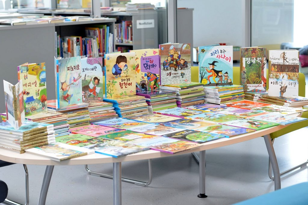 Korean books in teh library of Wroclaw International School